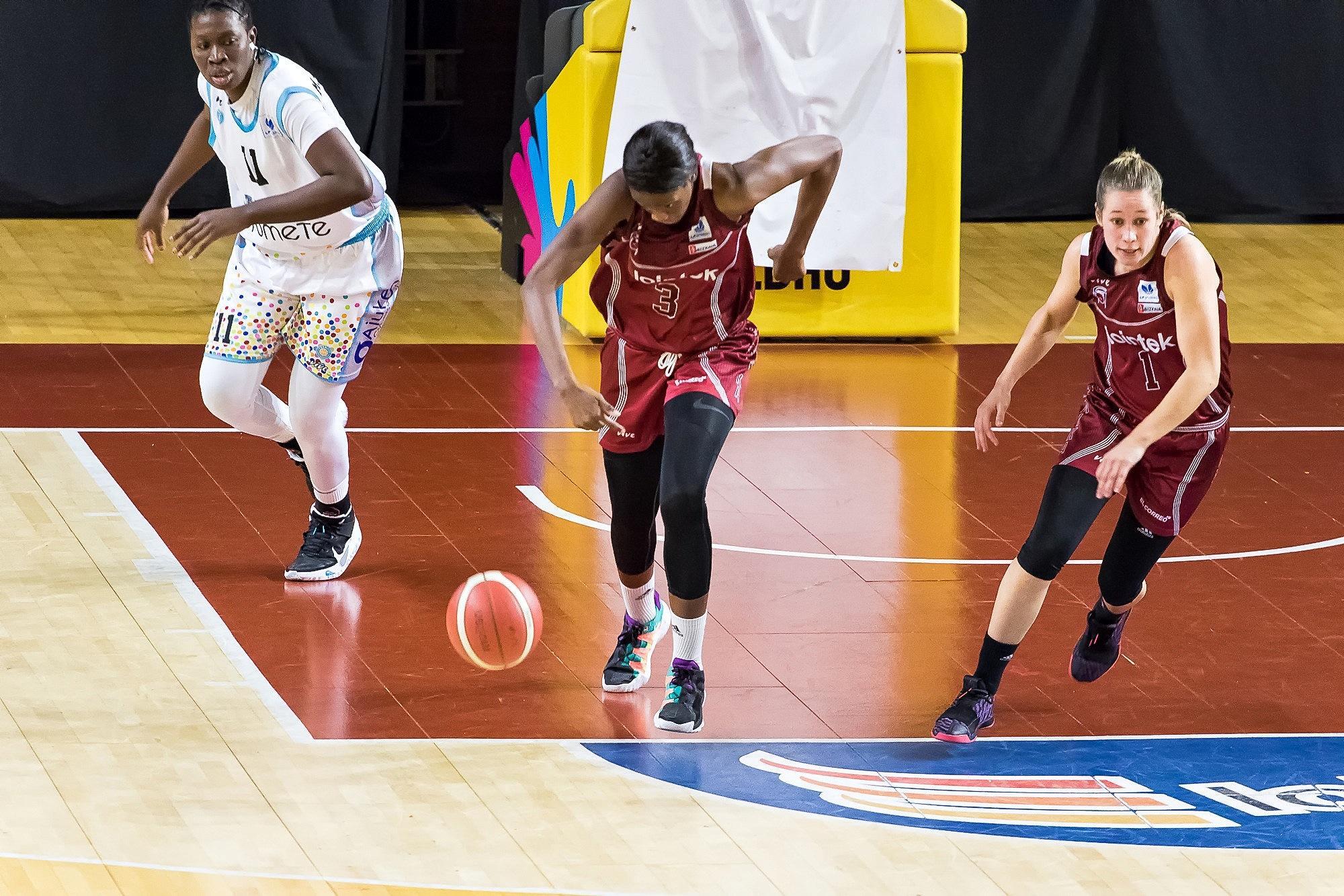 Nogaye Lo lanza el contraataque del Gernika (Foto: Luis Fernando Boo).