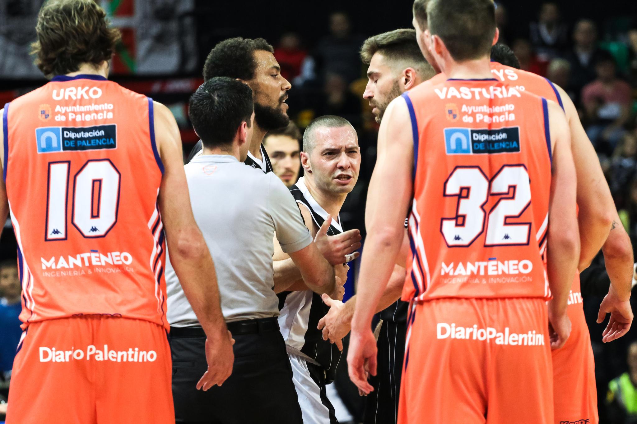 Salgado pide explicaciones a un rival  | Foto: Luis Fernando Boo.
