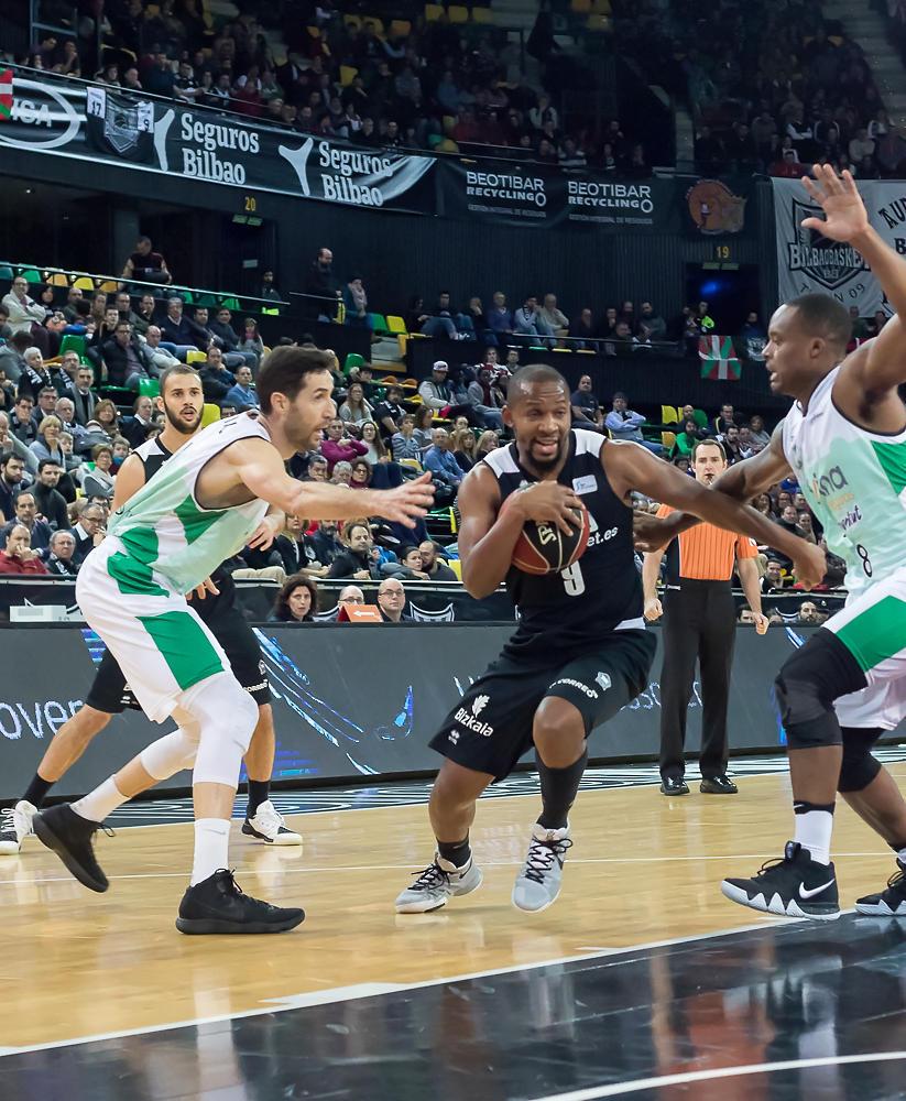 Tabu penetra en la defensa rival (Foto: Luis Fernando Boo).