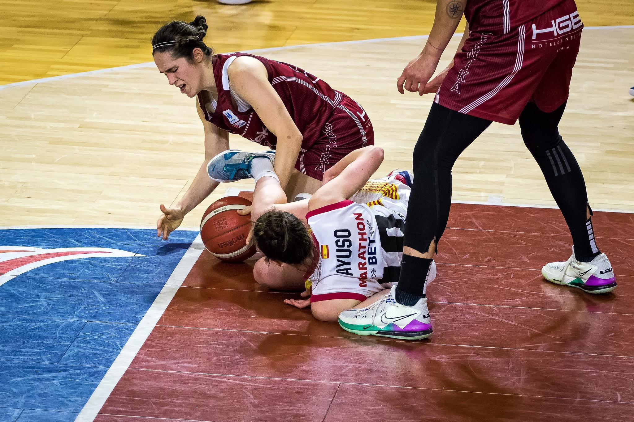 Lucha por un balón suelto (Foto: Luis Fernando Boo).