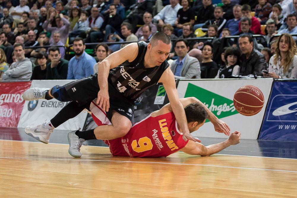 Salgado y Llompart pugnan por un balón suelto (Foto: Luis Fernando Boo).
