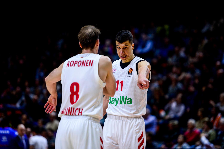 Lucic y Koponen ordenan el juego. (JM Casares)