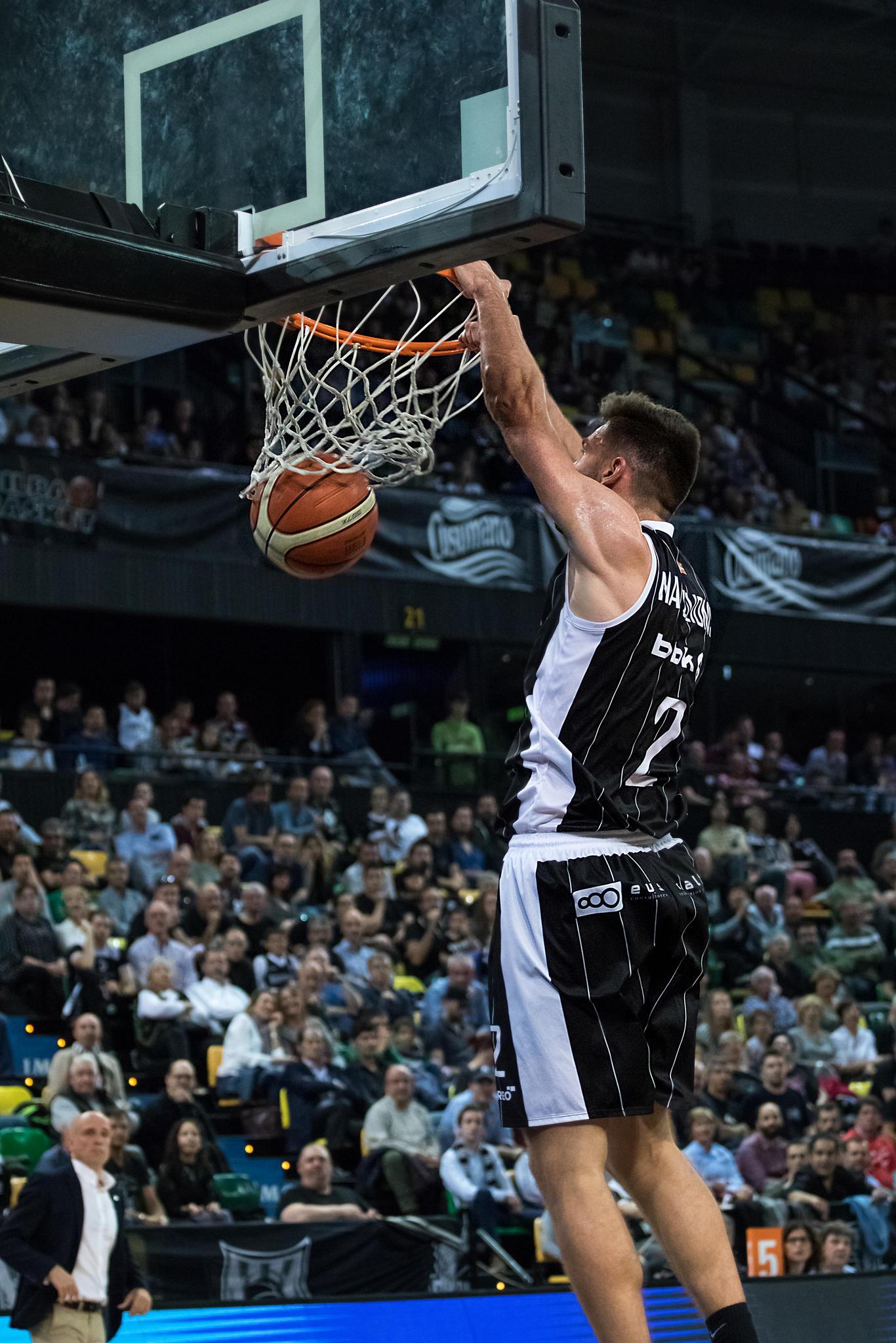 Matulionis hunde el balón en el aro rival | Foto: Luis Fernando Boo.