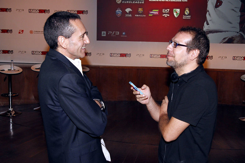 "Reportero Gafipasta ""apretando"" a Sixto Serrano. Foto: Rocío Benítez"