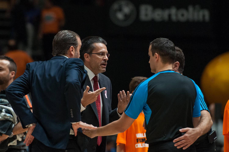 La tensión del primer tiempo, propició una improvisada reunión de ambos técnicos con los árbitros del encuentro. (JM Casares)