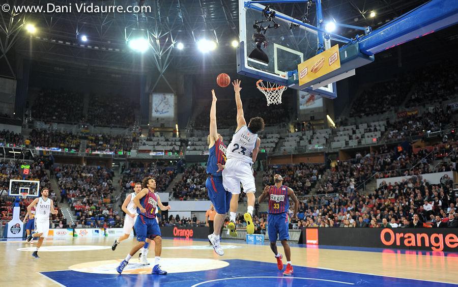 Llull salta a taponar a C.J. Wallace El Barça (foto Dani Vidaurre)