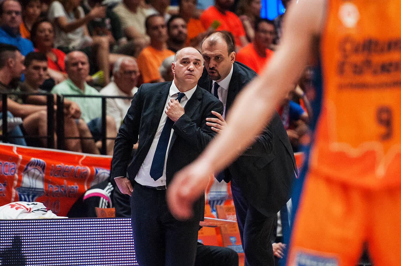 Zan Tabak, aconseja a Pablo Laso. (JM Casares)