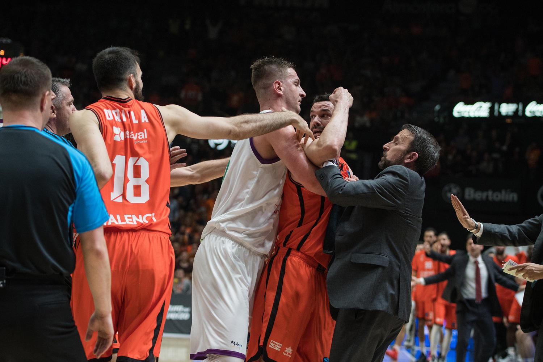 Momento tenso del partido, entre Omic y Martinez. (JM Casares)