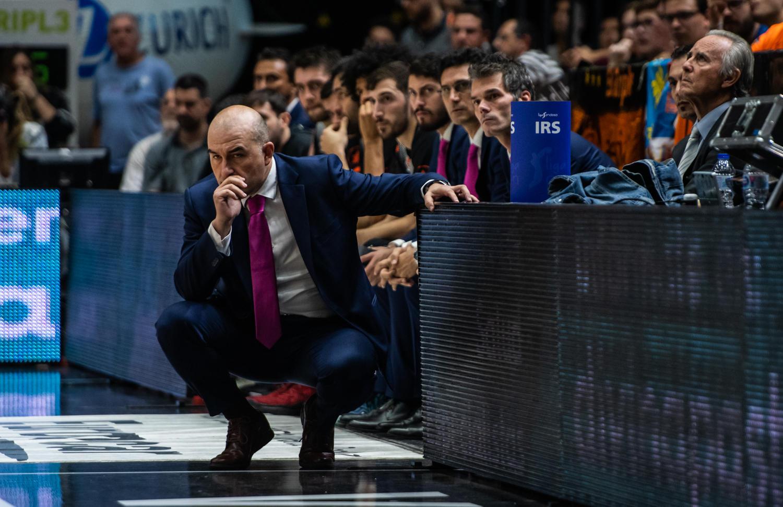 Ponsarnau, a la cabeza del banquillo del Valencia Basket. (JM Casares)