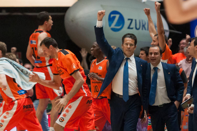 "Reacción del banquillo ""taronja"" al final del choque. (JM Casares)"