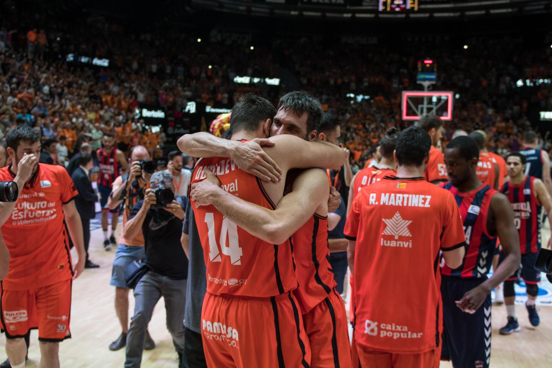 Sentido abrazo. La plantilla valenciana disfrutó de la victoria. (JM Casares)