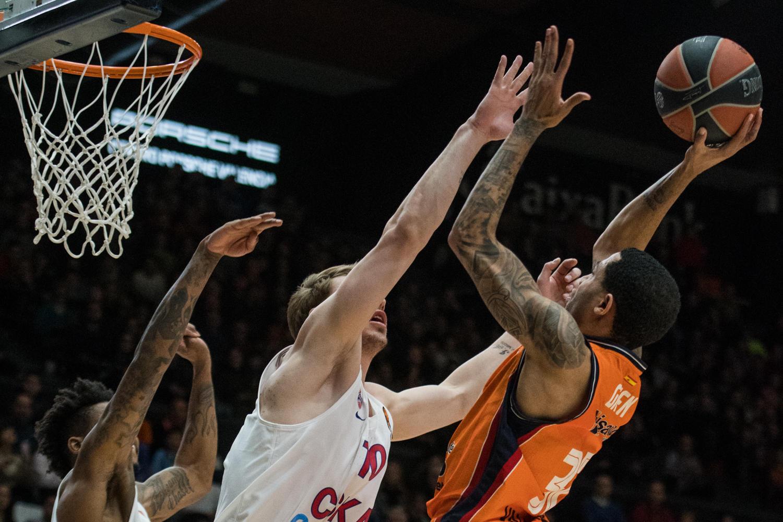 Eric Green trata de anotar ante la defensa del CSKA. (JM Casares)
