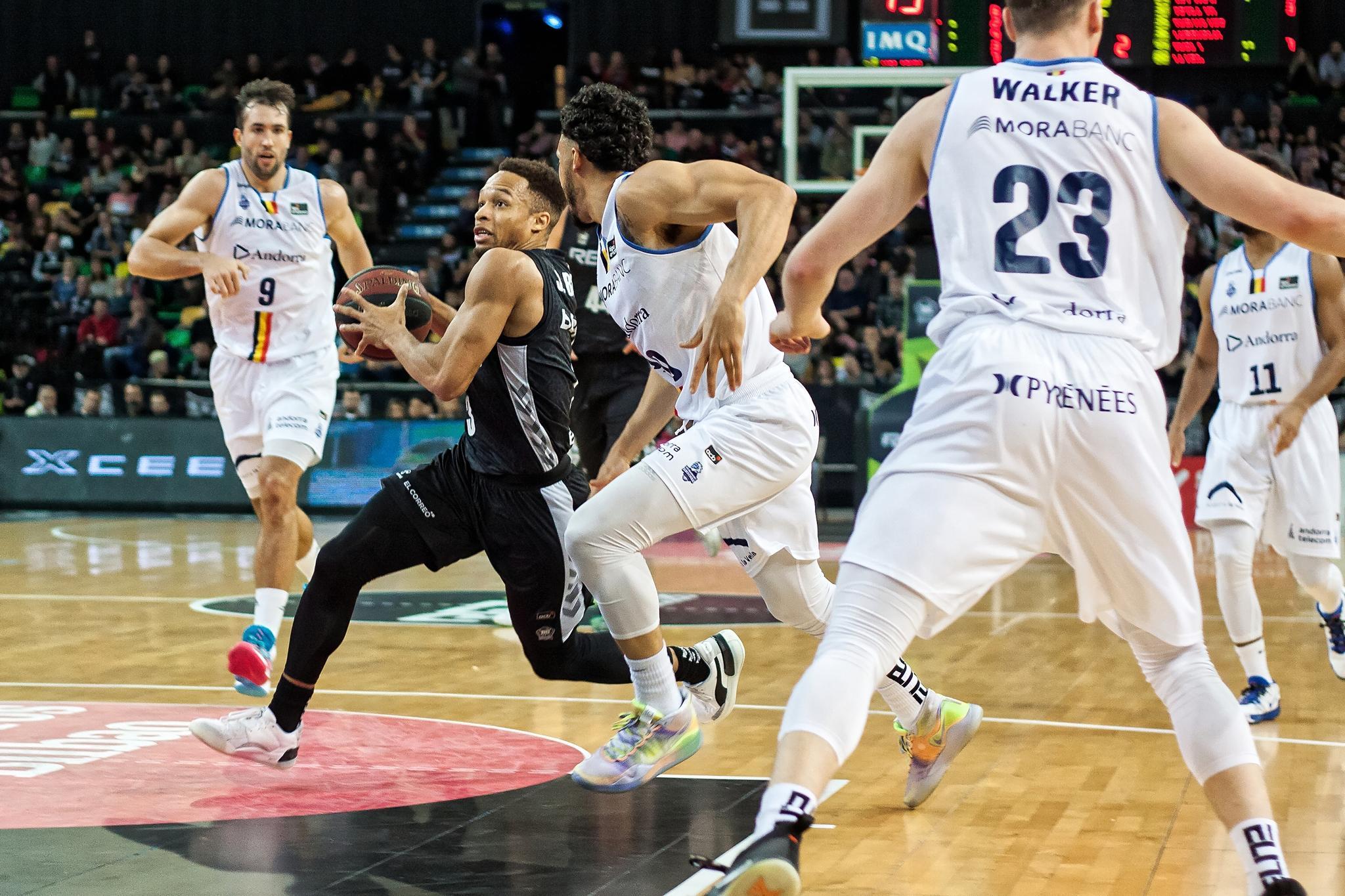 Brown se cuela entre varios defensores (Foto: Luis Fernando Boo).