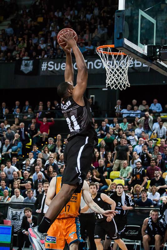 Williams, a punto de hundir la bola en el aro (Foto: Luis Fernando Boo).
