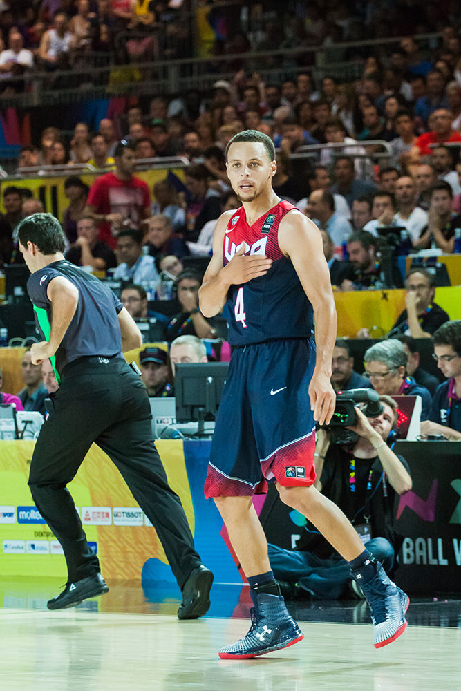 Curry se felicita tras anotar por fin tras una mala racha en el tiro (foto: Luis Fernando Boo).