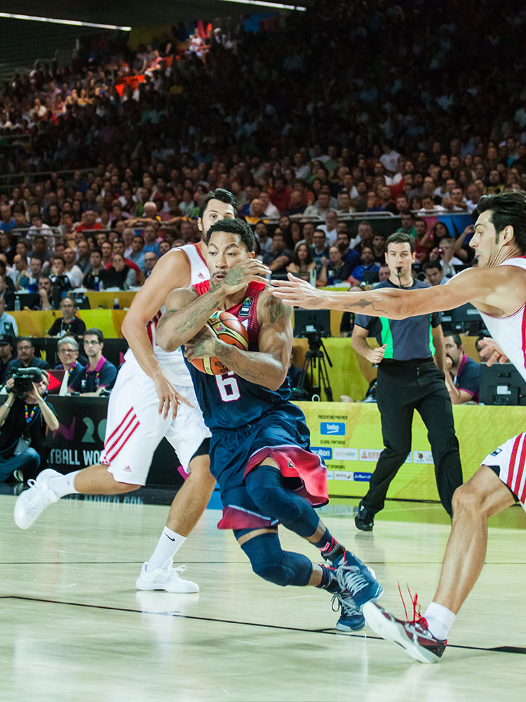 Rose protege el balón (foto: Luis Fernando Boo).