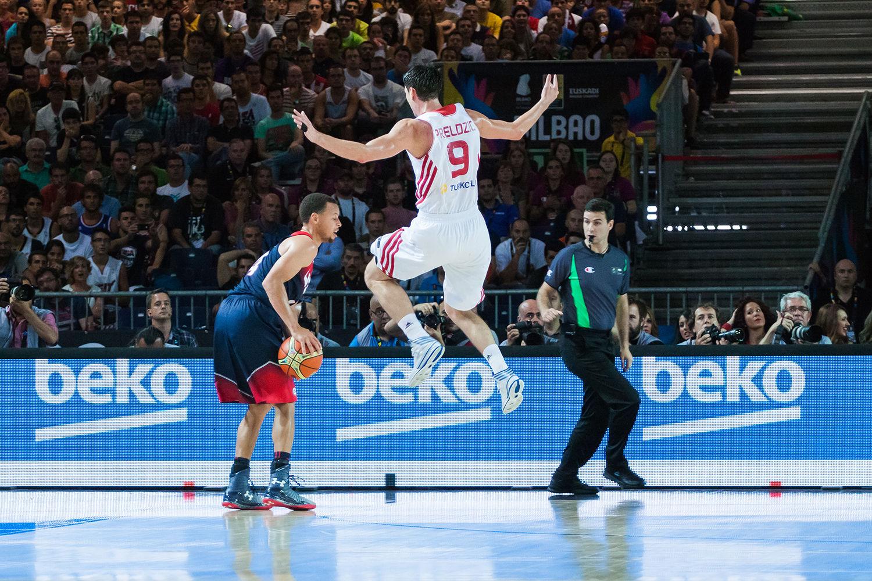Curry hace volar a Preldzic con un amago de tiro (foto: Luis Fernando Boo).