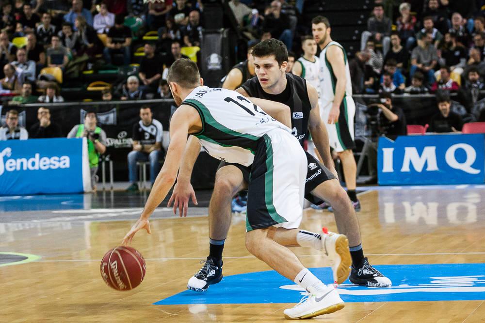 Todorovic defiende la subida de balón de Vasiliauskas (Foto: Luis Fernando Boo).