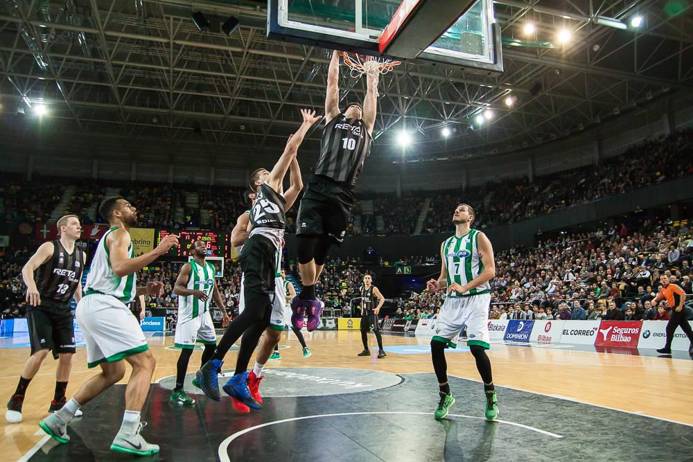 Mendia se cuelga del aro rival (Foto: Luis Fernando Boo).