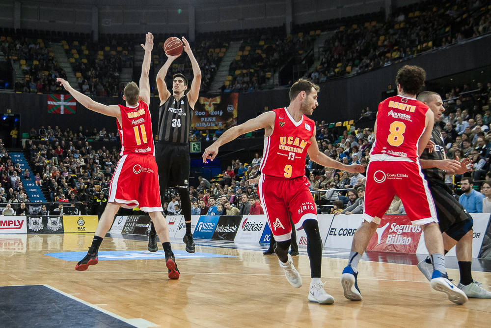 Nikolic lanza un triple (Foto: Luis Fernando Boo).