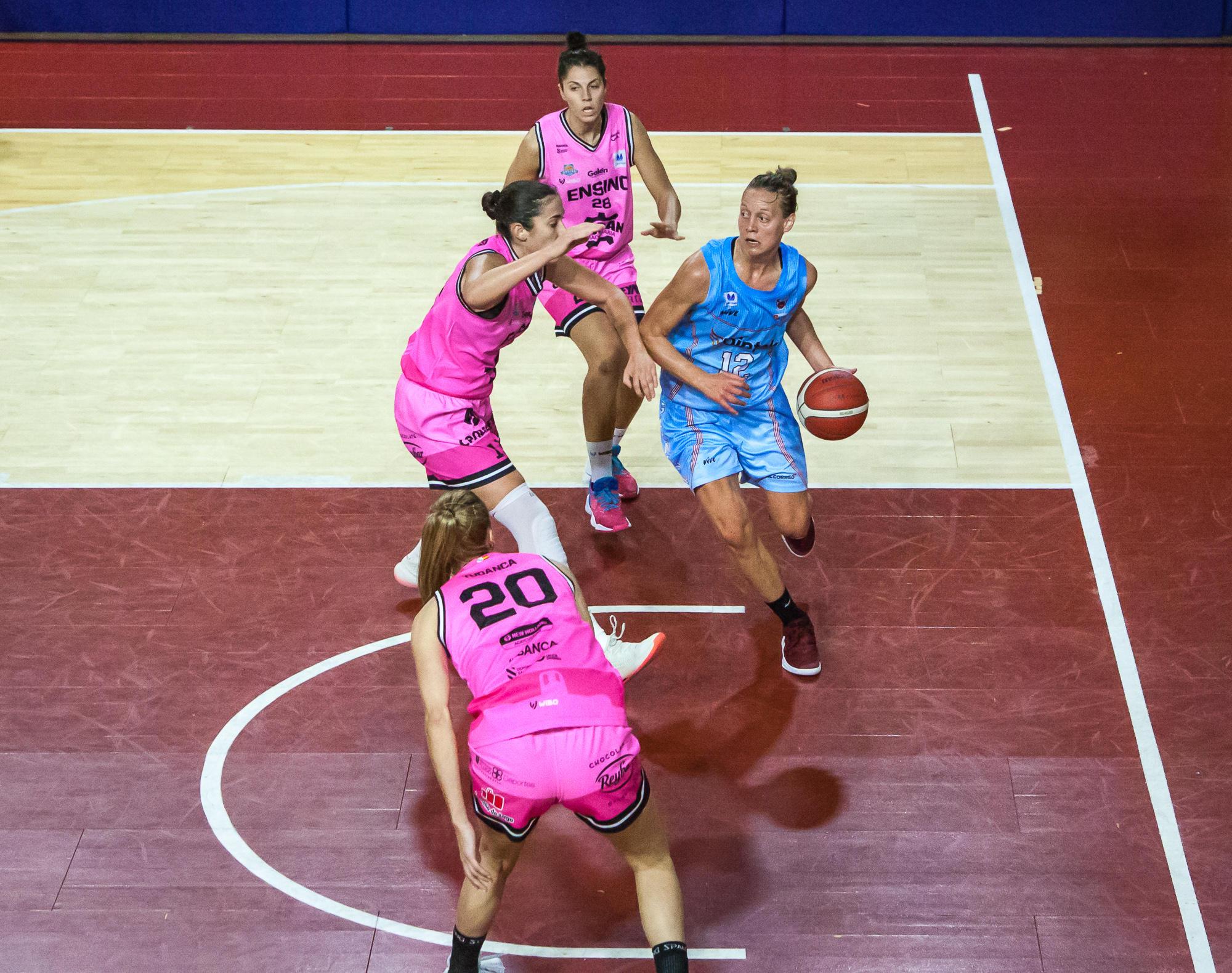 Cornelius rodeada de rivales bajo el aro (Foto: Luis Fernando Boo).
