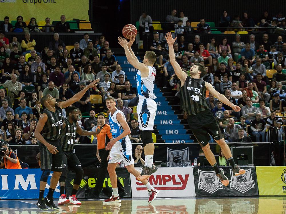 Todorovic no puede impedir el tiro de McConnell (Foto: Luis Fernando Boo).