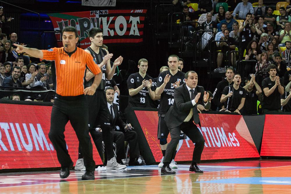 Expresivo banquillo del Bilbao Basket (Foto: Luis Fernando Boo).