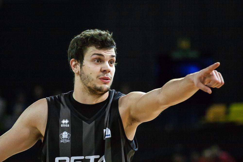 Dejan Todorovic hace una señal a un compañero (Foto: Luis Fernando Boo).