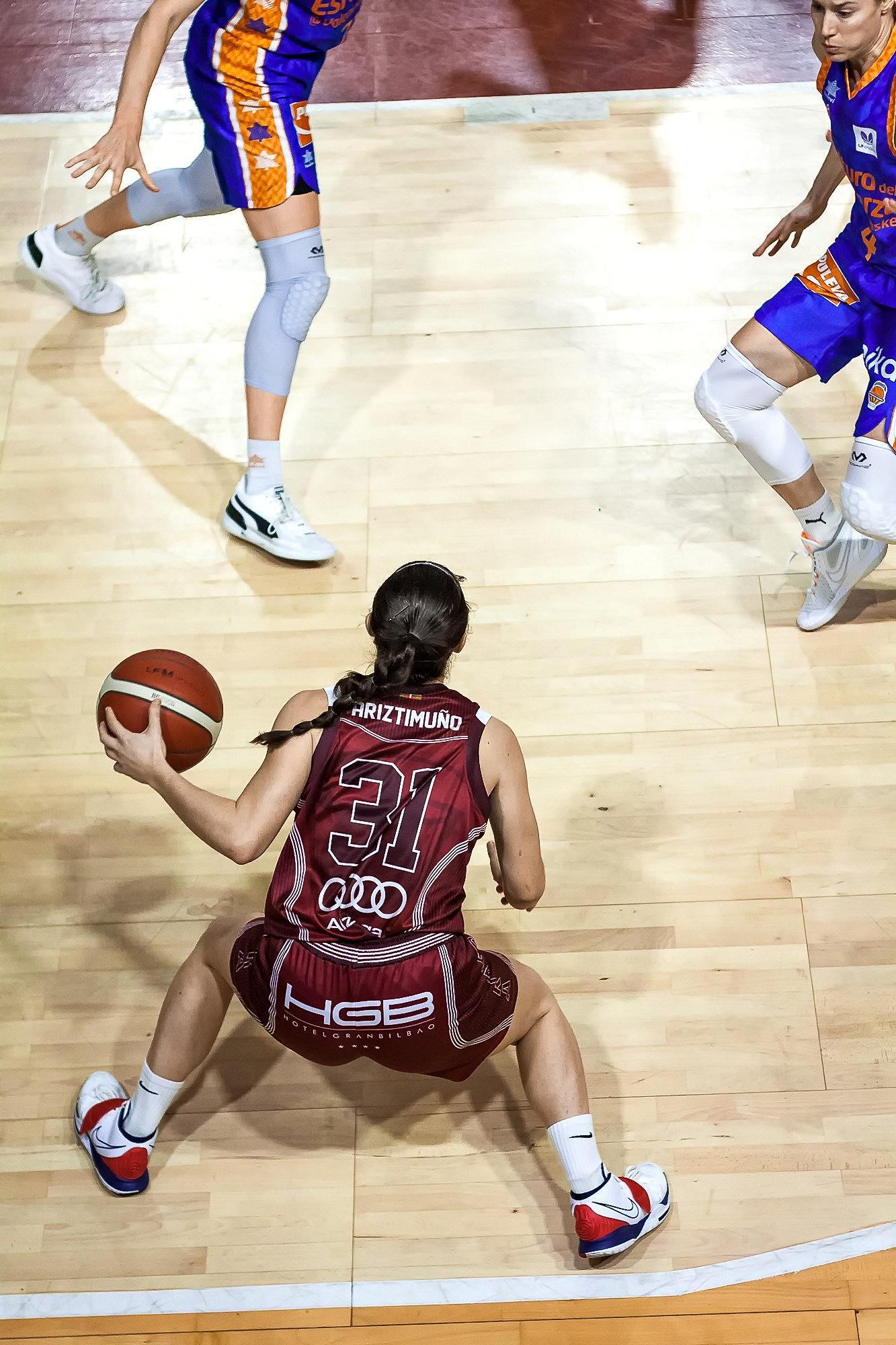 Ariztimuño busca opciones de juego desde el lateral de la cancha (Foto: Luis Fernando Boo).