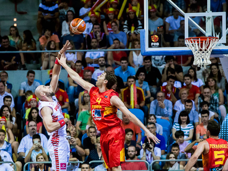 Gasol intenta taponar a Gortat (Foto: Luis Fernando Boo).