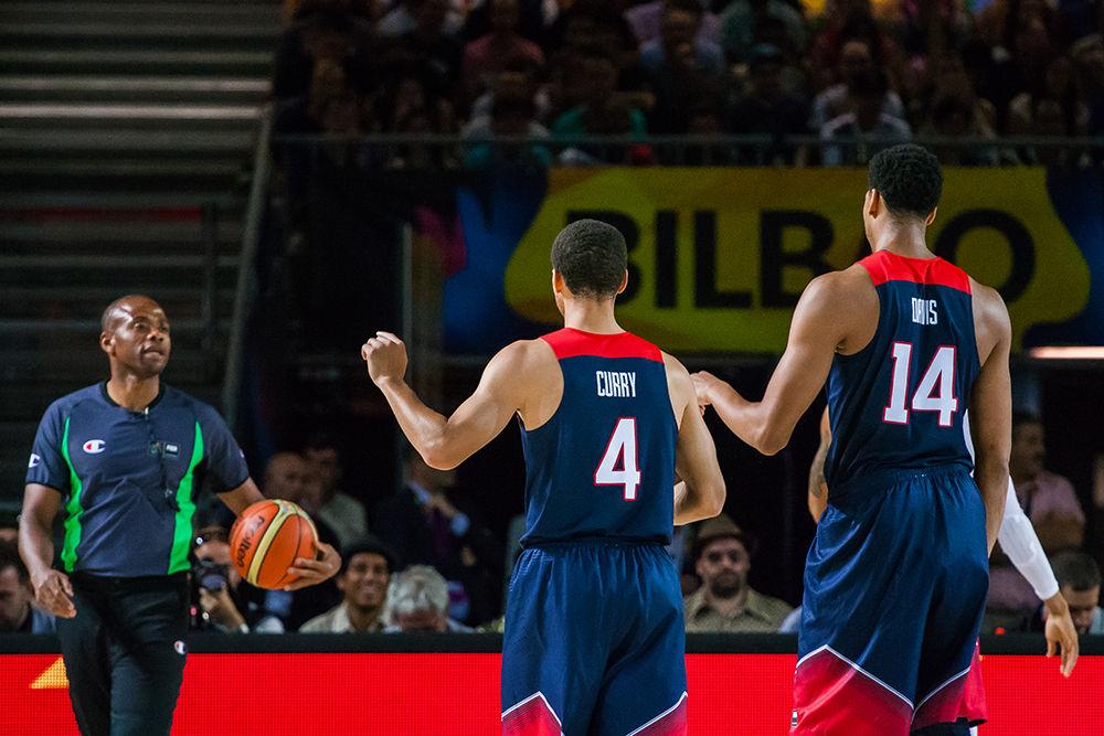Curry y Davis hacen indicaciones a un árbitro (Foto: Luis Fernando Boo).