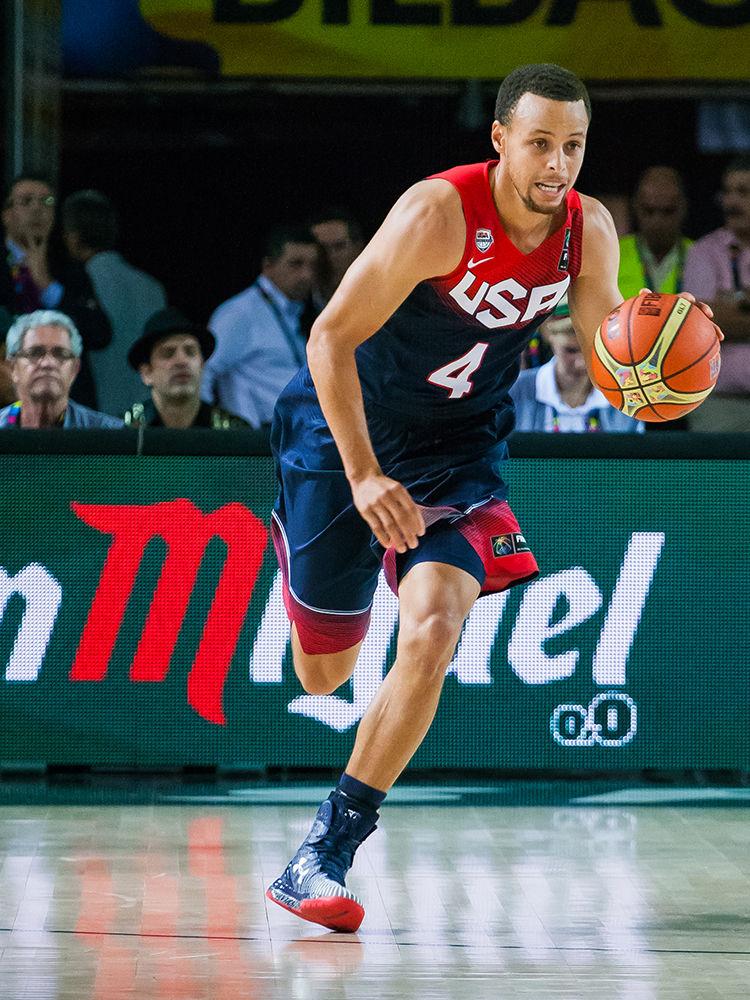Stephen Curry sale al contrataque (Foto: Luis Fernando Boo).