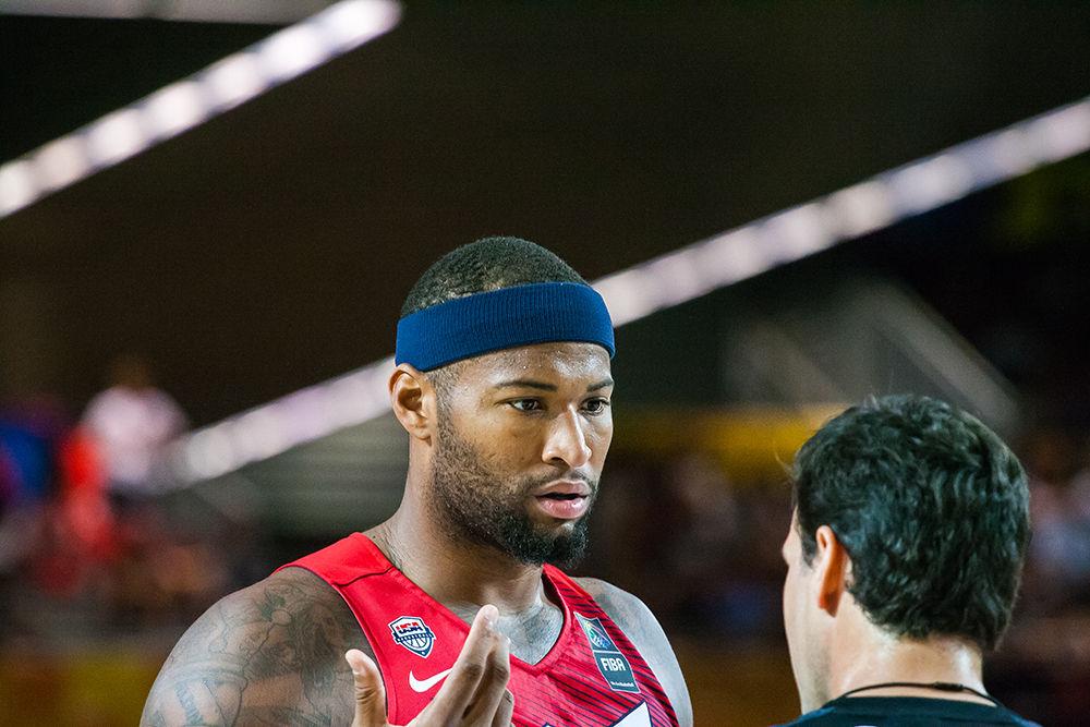 DeMarcus Cousins pide explicaciones a un árbitro (Foto: Luis Fernando Boo).
