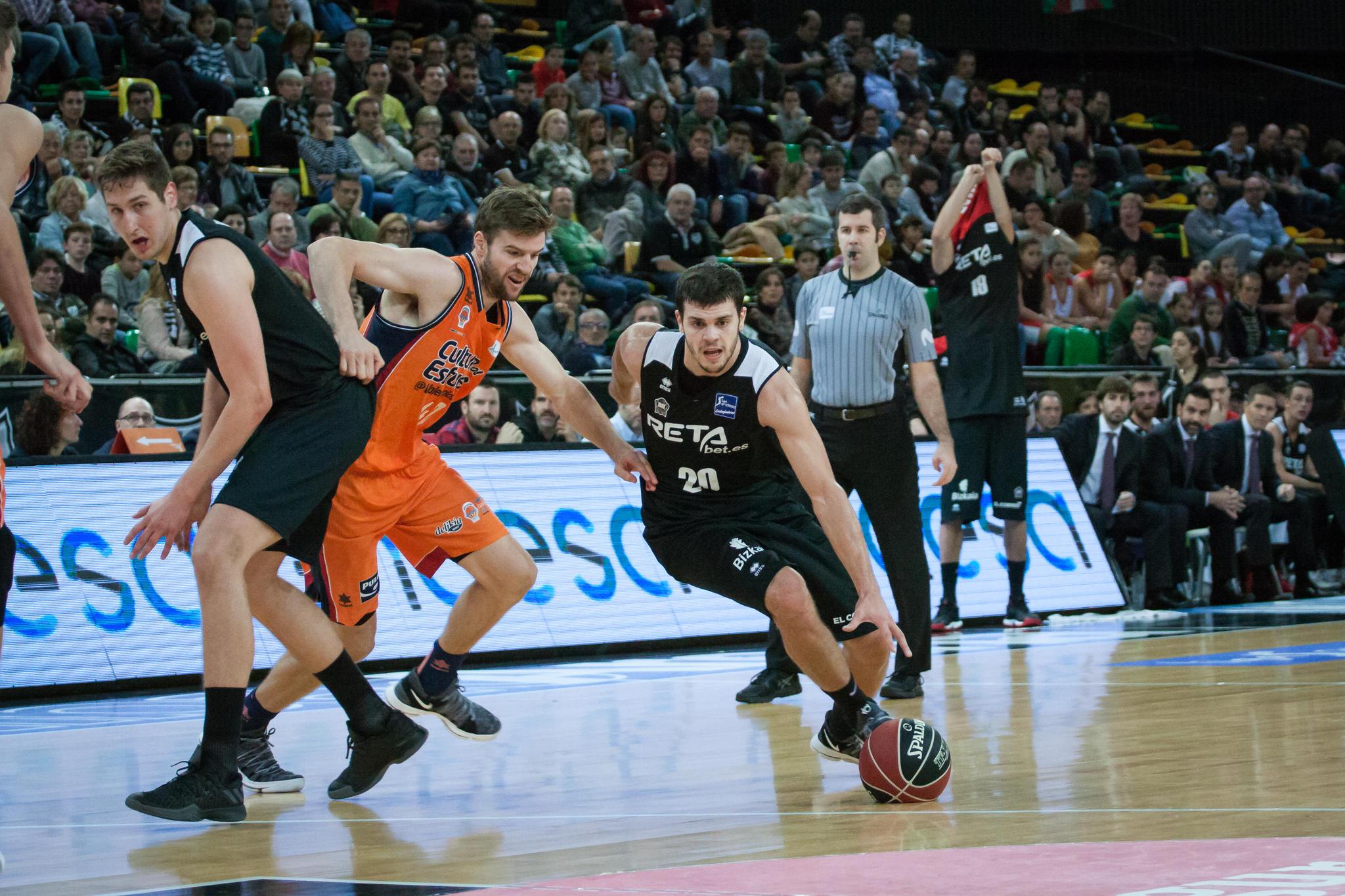 Dejan Todorovic avanza hacia la canasta rival (Foto: Luis Fernando Boo).