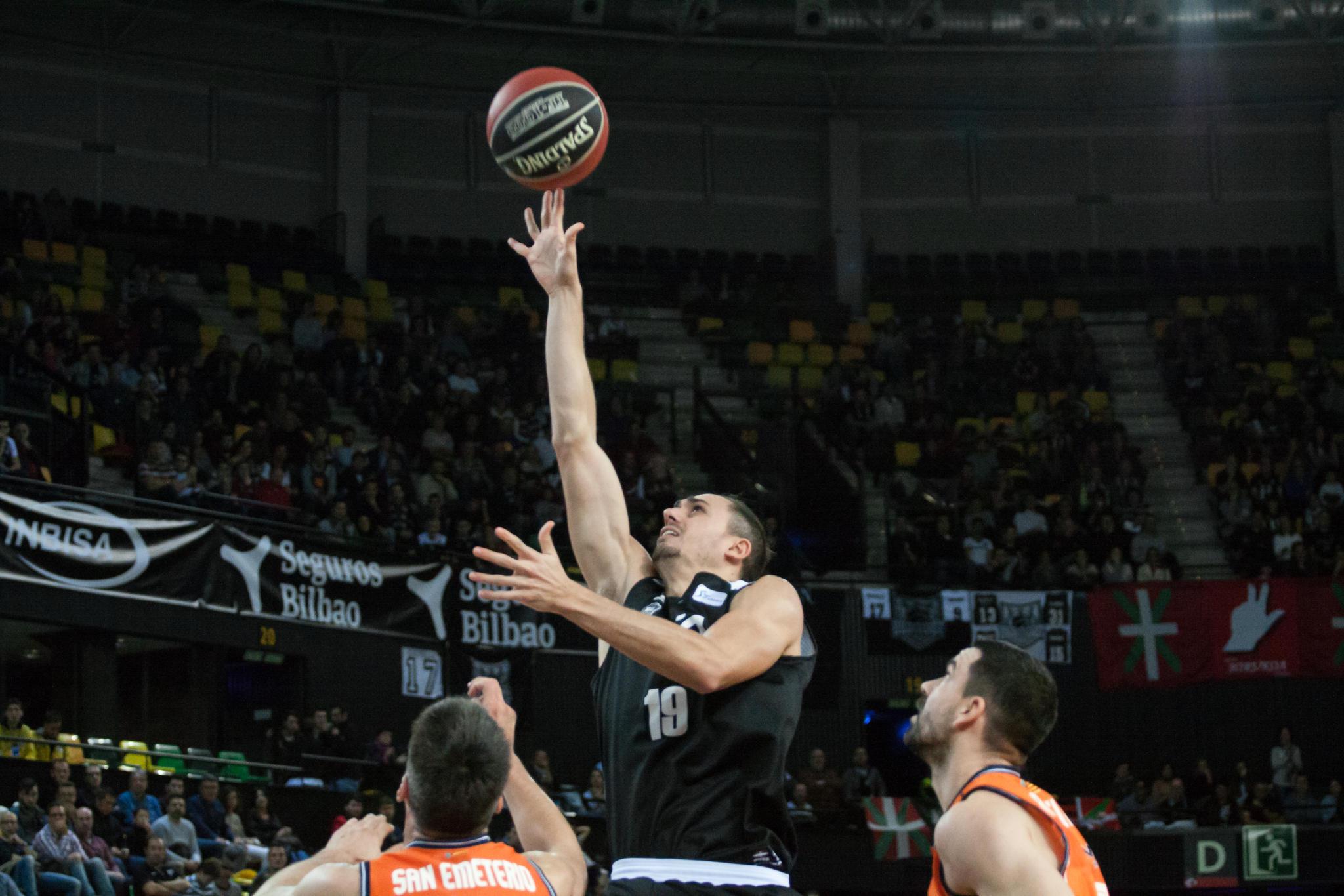 Tomas lanza sobre la defensa rival (Foto: Luis Fernando Boo).
