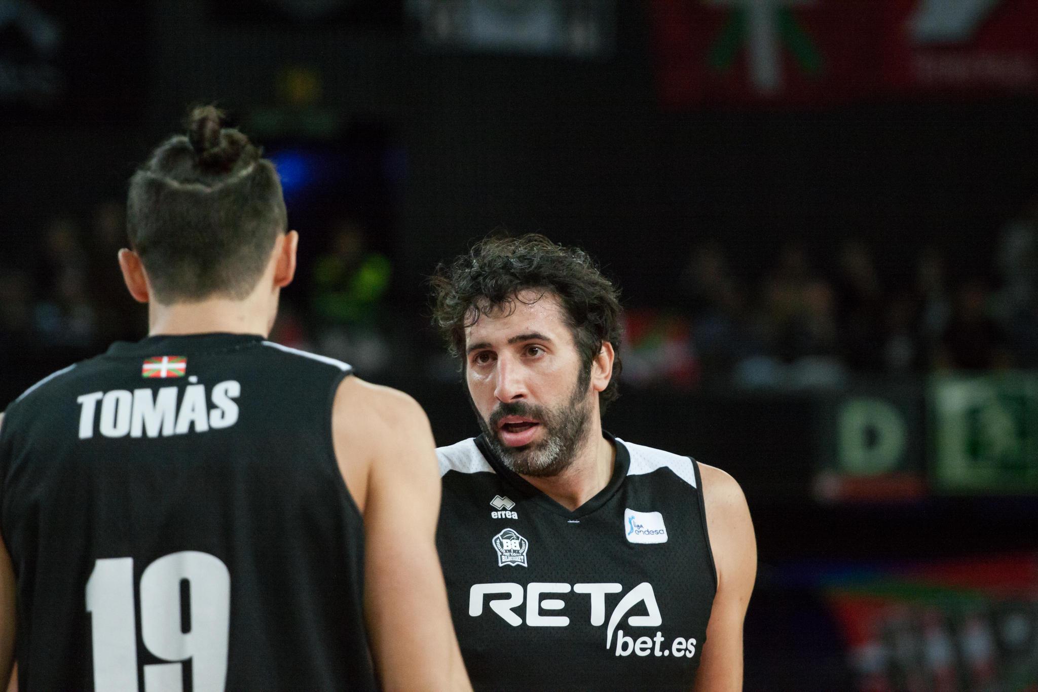 Tomas y Mumbrúy intercambian pareceres (Foto: Luis Fernando Boo).