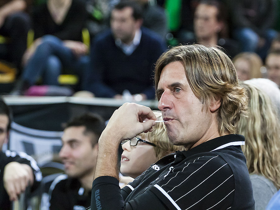 Gorka Arrinda sigue el partido con la mirada perdida (Foto: Luis Fernando Boo).
