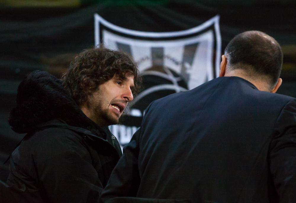 Raul López y Veljko Mrsic charlan antes del partido  (Foto: Luis Fernando Boo).