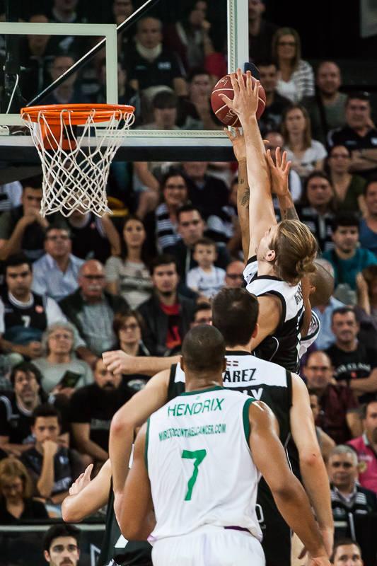 Bogris intenta colocar un tapón (Foto: Luis Fernando Boo).