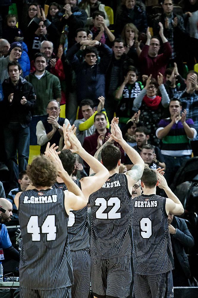 Los jugadores bilbainos se despiden de su público (Foto: Luis Fernando Boo).