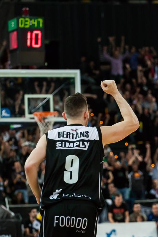 Bertans celebra un triple (Foto: Luis Fernando Boo).