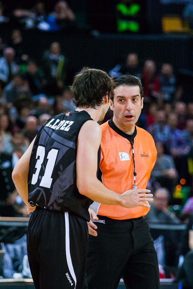 Raul López comenta una jugada con el árbitro (Foto: Luis Fernando Boo).