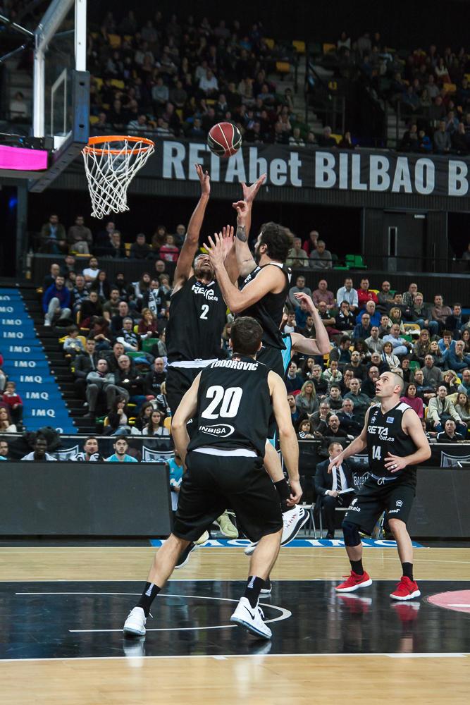 Rebote incontestable del Bilbao Basket (Foto: Luis Fernando Boo).