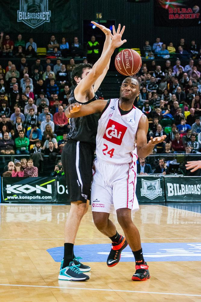 Landry pierde un balón ante Dejan Todorovic (Foto: Luis Fernando Boo).
