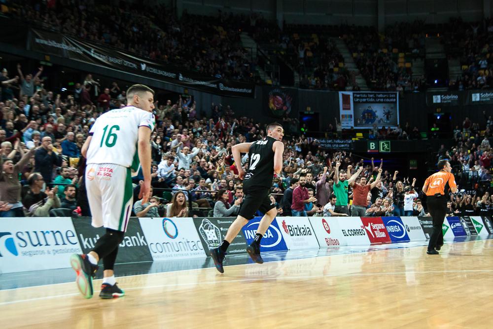 El público celebra un triple de Redivo (Foto: Luis Fernando Boo).