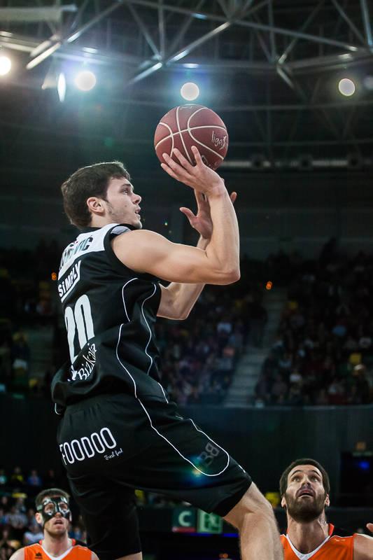 Dejan Todorovic lanza a una mano (Foto: Luis Fernando Boo).