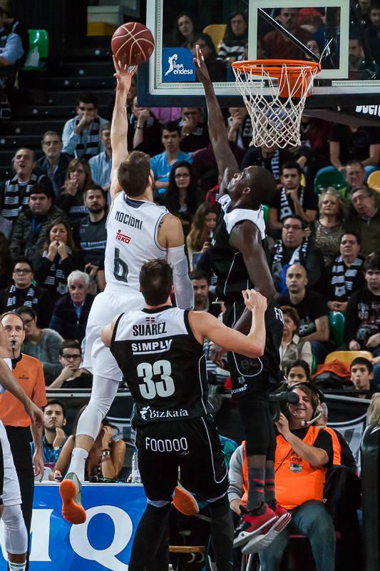 James, a punto de taponar a Nocioni (Foto: Luis Fernando Boo).
