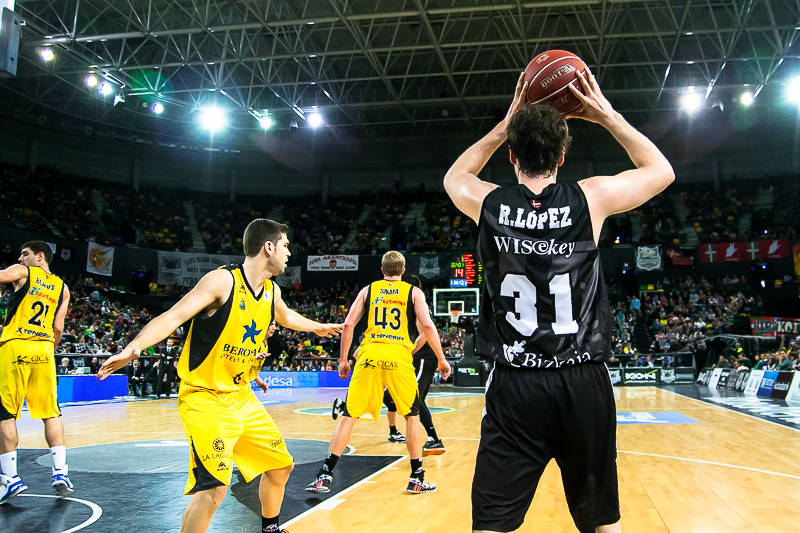 Raul López saca de fondo (Foto: Luis Fernando Boo).