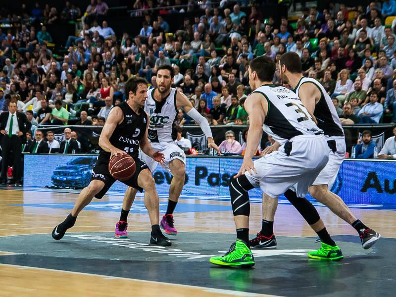 Tres defensores atentos a Raul López (Foto: Luis Fernando Boo).