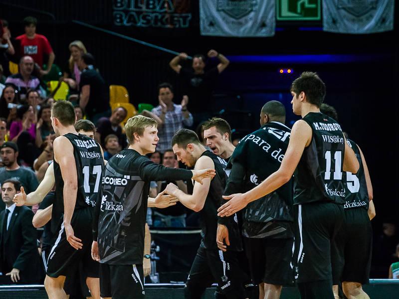 El banquillo del Bilbao Basket felicita a los titulares (Foto: Luis Fernando Boo).